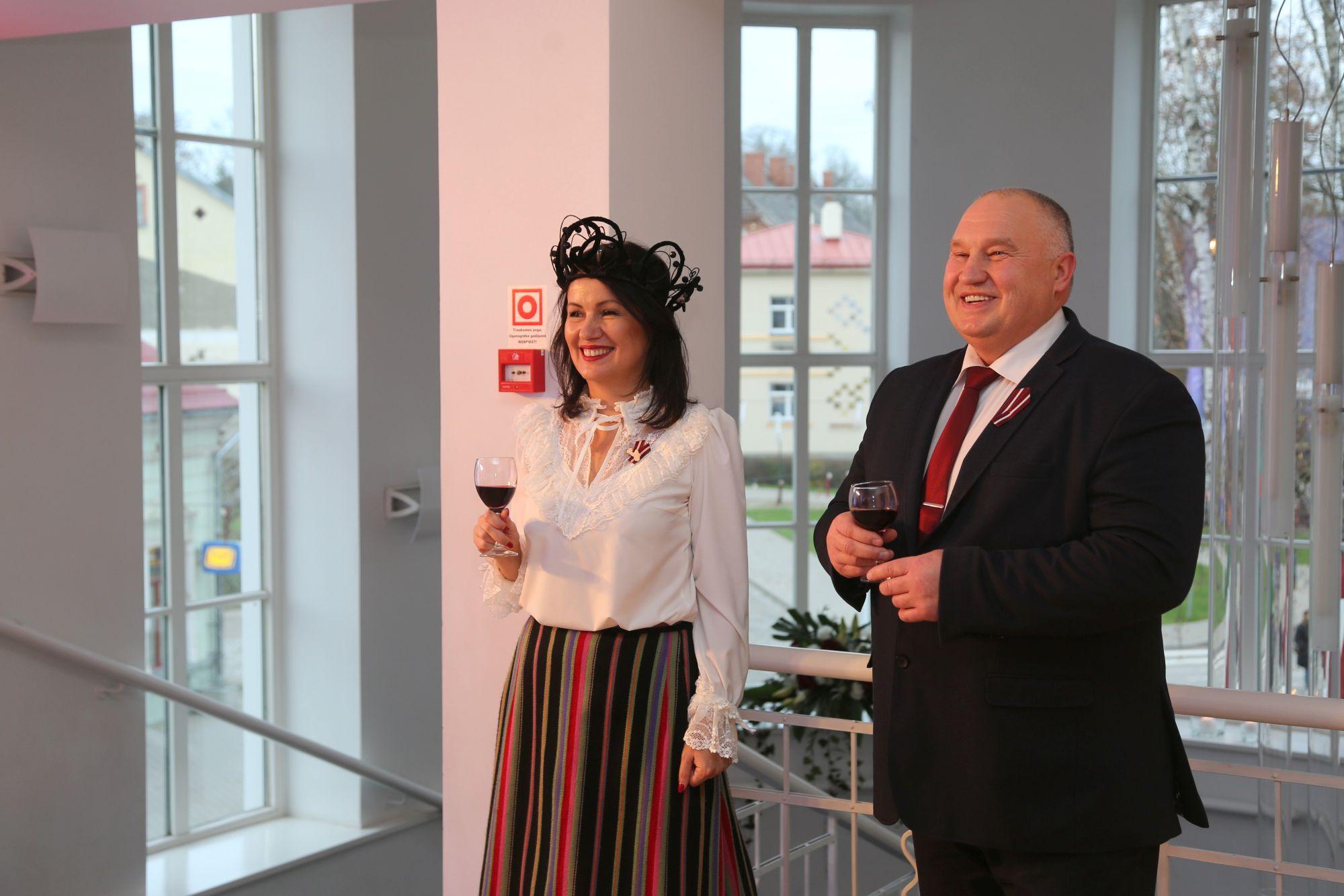"""Latvijas Republikas proklamēšanas 101.gadadienai veltītais svinīgais pasākums """"Divu roku siltumā"""""""