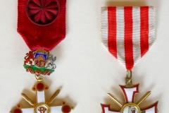 2. 4. šķiras Viestura ordenis ar šķēpiem un Lāčplēša Kara ordenis.