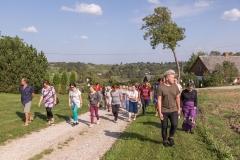 Brīvības ielas svētku apmeklētāji ar Sabili fonā